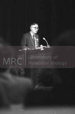 Aaron Klug speaking at the 40th anniversary of LMB in 1987, in the William Harvey Lecture Theatre.